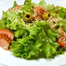 Листовой салат с оливками и кунжутом
