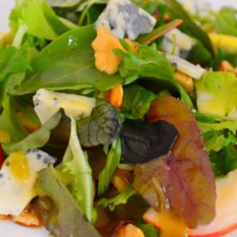 Микс салатов с яблоком и благородным сыром